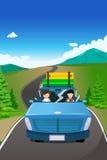 Acople a montada de um carro que vai em uma viagem por estrada Foto de Stock Royalty Free