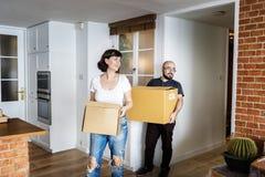 Acople mover-se na casa nova fotos de stock