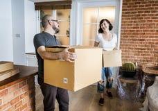 Acople mover-se na casa nova imagem de stock royalty free