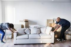 Acople mover-se na casa nova fotos de stock royalty free