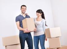 Acople mover-se na casa nova imagem de stock