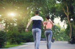 Acople movimentar-se fora, os corredores que treinam fora dar certo dentro fotografia de stock royalty free