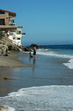 Acople na areia 2 fotos de stock