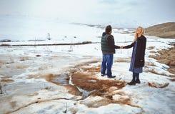 Acople na paisagem do inverno fotos de stock