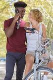 Acople no amor que biking na estrada no parque natural imagem de stock