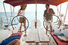 Acople no barco luxuoso para apreciar junto em férias foto de stock