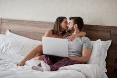 Acople no sexo do amor - os amantes apaixonados que têm momentos românticos e íntimos na cama - e no conceito de beijo da paixão imagem de stock royalty free