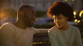 Acople o aperto no banco de parque no crepúsculo, momentos românticos, relações perfeitas video estoque