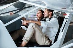Acople o assento e a fala no cabine de aviões pequenos Foto de Stock Royalty Free
