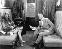 Acople o assento junto em um compartimento de um trem (todas as pessoas descritas não são umas vivas mais longo e nenhuma proprie Foto de Stock
