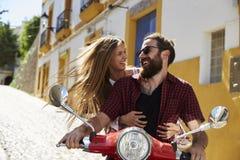 Acople o assento no 'trotinette' de motor que olha se, Ibiza foto de stock