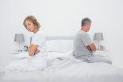 Acople o assento nos lados diferentes da cama que não falam após a luta Imagens de Stock