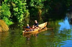 Acople o barco de fileira do enfileiramento sobre o rio Christchurch de Avon - Zealan novo fotografia de stock royalty free