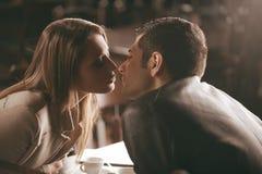 Acople o beijo Imagens de Stock