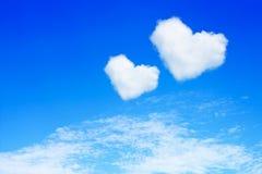 acople o coração branco nuvens dadas forma no céu azul Fotografia de Stock Royalty Free