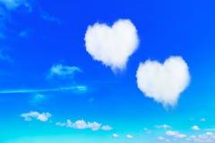 acople o coração branco nuvens dadas forma no céu azul Fotos de Stock Royalty Free