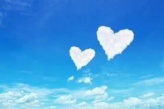 acople o coração branco nuvens dadas forma no céu azul Foto de Stock Royalty Free