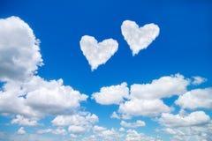 acople o coração branco nuvens dadas forma no céu azul Imagem de Stock
