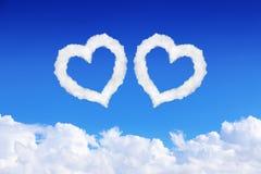 acople o coração branco nuvens dadas forma no céu azul Imagens de Stock