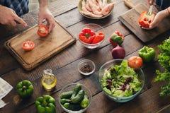 Acople o cozimento junto da salada do jantar na cozinha Fotografia de Stock Royalty Free