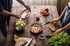 Acople o cozimento junto do jantar do camarão e da salada dos vegetais Foto de Stock Royalty Free