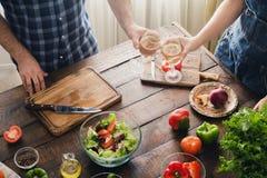 Acople o cozimento junto do jantar e de bebidas deliciosos e saudáveis Fotos de Stock Royalty Free
