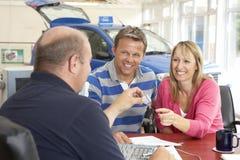 Acople o enchimento no documento na sala de exposições do carro Fotografia de Stock Royalty Free