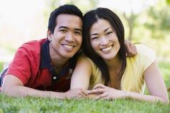Acople o encontro ao ar livre sorrindo imagens de stock royalty free