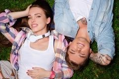 Acople o encontro em uma grama em um parque foto de stock