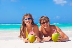 Acople o encontro em uma praia tropical em Barbados e beber um cocktail do coco Imagens de Stock Royalty Free