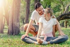 Acople o exercício feliz dos amantes no parque imagens de stock royalty free