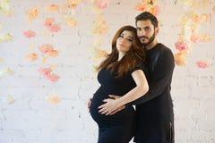 Acople o homem e a mulher em antecipação a sua criança recém-nascida Imagens de Stock Royalty Free