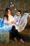 Acople o homem e a mulher em antecipação a sua criança recém-nascida Imagem de Stock