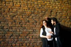 Acople o homem e a mulher em antecipação a sua criança recém-nascida Fotos de Stock Royalty Free