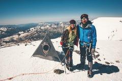 Acople o homem e a mulher que escalam a montanha alcançada de Elbrus fotos de stock royalty free