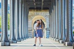 Acople o passeio ao longo da ponte Bir-Hakeim em Paris, França Fotos de Stock Royalty Free