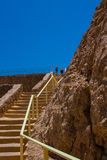 Acople o passeio ao longo de uma escadaria longa no verão ao longo do passeio pelo mar Fotos de Stock