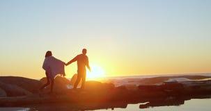 Acople o passeio com em conjunto sobre a costa rochosa 4k filme