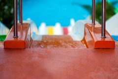 Acople o passeio do homem e da mulher com corrediças de água coloridas foto de stock