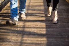 Acople o passeio nos pés de madeira das sapatas da passagem somente Imagens de Stock Royalty Free