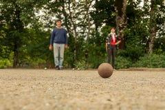 Acople o petanque do jogo do homem e da mulher no campo de pedra fino fotografia de stock royalty free