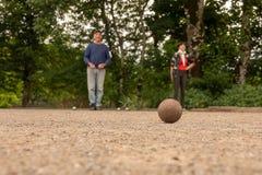 Acople o petanque do jogo do homem e da mulher no campo de pedra fino imagens de stock