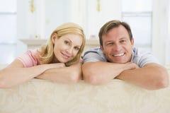 Acople o relaxamento na sala de estar Foto de Stock Royalty Free