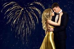 Acople o retrato da beleza sobre os fogos-de-artifício do coração, beijando o homem da mulher fotos de stock