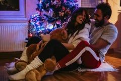 Acople o riso e o aperto na frente da árvore de Natal fotos de stock