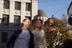 Acople o salto e o riso Retrato de um par feliz que abraça na rua, na cidade estar em melhor do sol data E fotos de stock royalty free