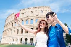 Acople o selfie felizmente em It?lia imagens de stock