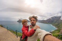 Acople o selfie no ponto do cabo, parque nacional da montanha da tabela, destino cênico do curso em África do Sul Opinião de Fish imagem de stock royalty free