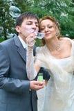 Acople o sopro das bolhas de sabão Imagens de Stock