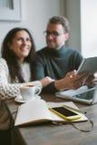 Acople o trabalho no café com tabuleta, portátil, smartphone, bloco de notas Imagens de Stock